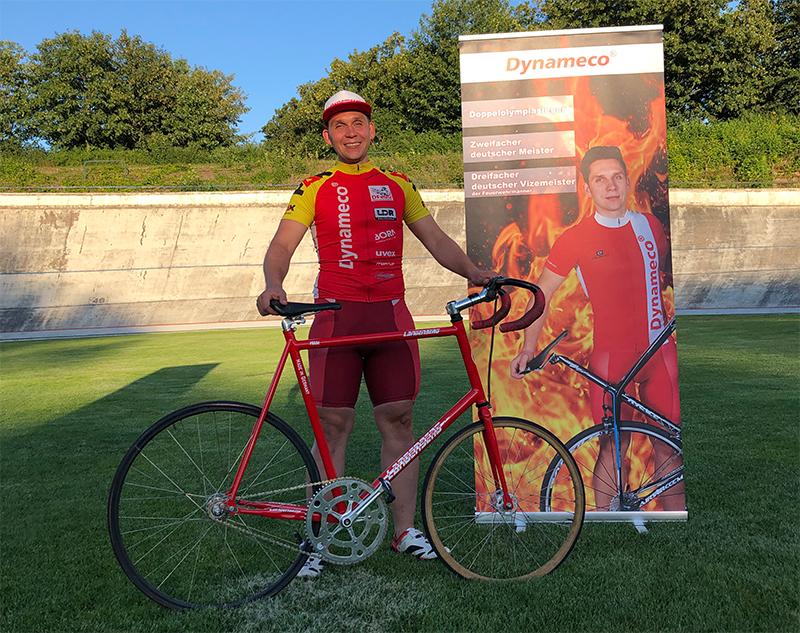 Das Training ist geschafft - Marius nach seinem Training vor dem Banner seines Hauptsponsors.